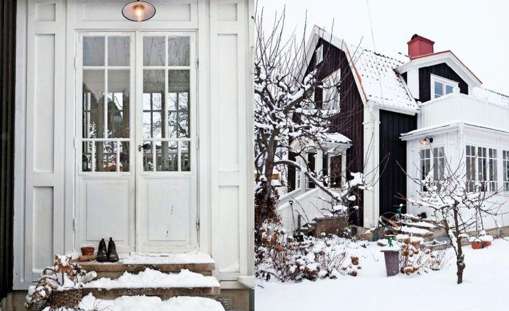 TRÄHUS I IDYLLISKA VADSTENA: Här på Rännevallen i Vadstena hittade familjen sitt drömhus, byggt 1934. Huset har fått behålla sin mörkt bruna färg och familjen har byggt till en glasveranda i gammal stil. Ulrika är estet ut i fingertopparna. Om det skvallrar hennes och familjens charmiga gamla trähus i Vadstena. Mjukt jordnära färger, antika möbler och många originaldetaljer skapar ett personligt hem med gammaldags känsla. Ulrika och Petter älskar auktioner, antikaffärer och loppisar. De har…