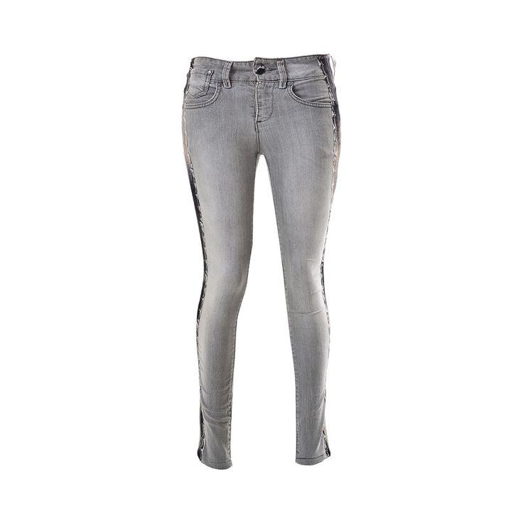 Pantalones Jeans Aplicaciones, Paradis, $28.000. Jeans color gris con aplicaciones de encaje en los costados, ideal para un día nublado con alguna polera negra suelta, que le puedes d...
