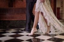 Jimmy Choo dévoile sa collection de chaussures de mariée 2017 et ... elles nous font autant d'effet que les robes de princesse ! Focus : Jimmy Choo, collection mariage, chaussures blanches et noires, robe de mariée, dentelles