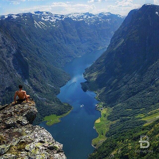 Aurland Norway. Met een boot kun je een tocht maken in, naar verluidt, de mooiste fjord van Noorwegen. Ook kun je met een treintje naar Flam, een klein bergdorpje, schijnt de steilste spoorbaan ter wereld te zijn. Vooral de fjord vond ik erg mooi! Je kan er ook kano tochten maken en dan kamperen naast het water, omringd door berggeiten ♡