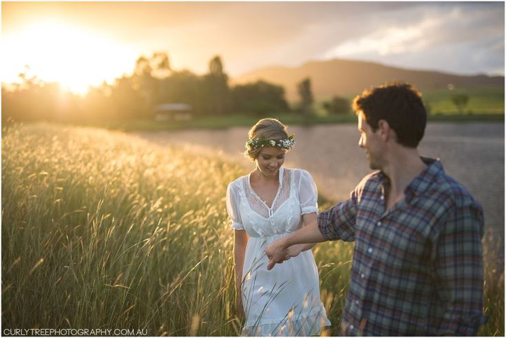 Hunter Valley Pre Wedding Photos – Engagement photos in a golden field