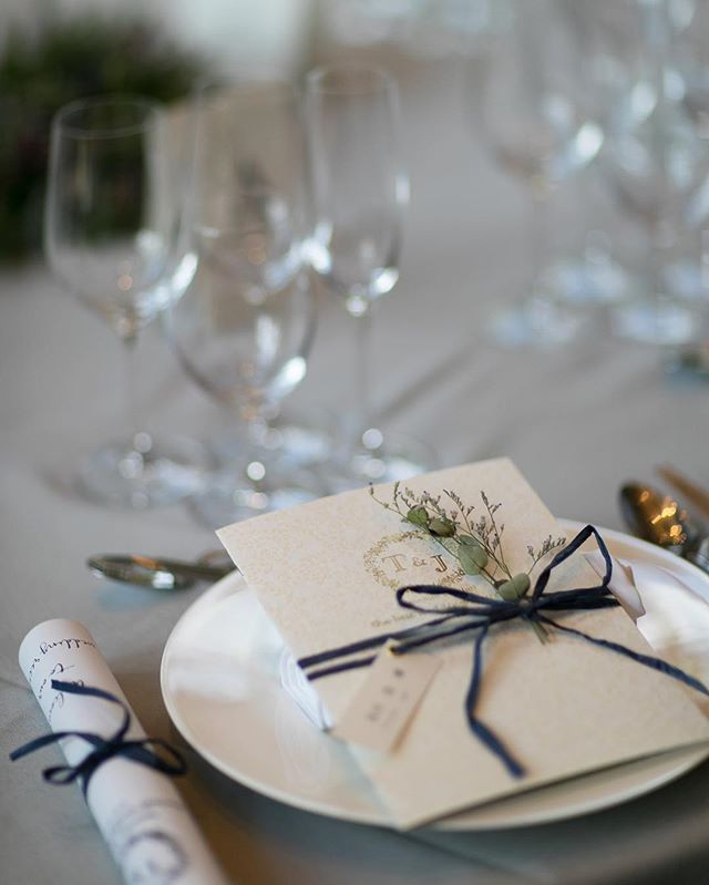. . wedding report No.24 . プロフィールブック . 私が作った#グラフィック さんに発注したプロフィールブックに、招待状とお揃いのカバーをつけました。 . 写真が表紙の手作りプロフィールブックをテーブルコーディネートする自信もなく。。手作り感を出さないように . プロフィールブックの中にメッセージを書いたので、席札はプロフィールブックにセットしておいて下さいと言われました。 ミタント紙に漢字でフルネーム、ローマ字でルビをふり、ハトメパンチしてリボンに通しておきました。 . ローマ字だと読みづらいと言われ苦肉の策笑 . でも漢字で見やすいし、ローマ字表記も叶ったので満足です✨ . ルビを漢字の下に入れたのがお気に入り♡ . ユーカリやブルファンのドライをさしておきました . #tgoo#tgoo花嫁組#marry花嫁#ウェディングソムリエアンバサダー#ゼクシィ#marry本#ハナコレストーリー#ハナコレ#夏婚#七夕婚#ウェディングニュース#love#ttssjj77 #卒花#関西花嫁#大阪花嫁#高知花嫁#転勤族#wedding#結婚式#weddin...