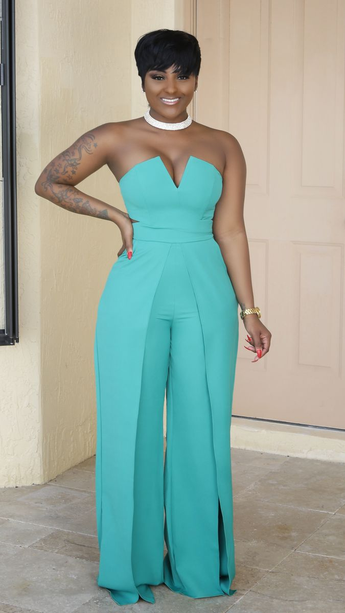 This jumpsuit features a thick slightly non-stretch material, V-neckline, strapless, side pockets, cut out front waist side, open flare legs, finis...