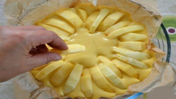 Hrnečkový jablečný koláč připravený jen ze základních ingrediencí!