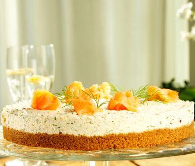 Denna rökta laxtårta är verkligen en given succé till bjudningar och festliga tillfällen. Tårtans botten är läcker kavring och ovanpå finner du räkor, dill, hummerfond, crème fraiche och rökt lax.