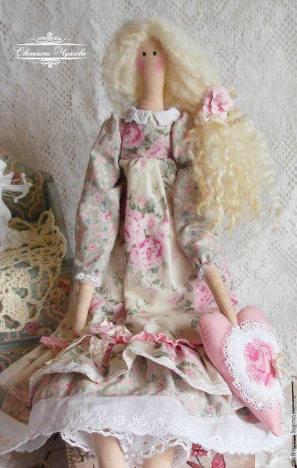 Купить или заказать Виолетта. Текстильная интерьерная кукла в стиле Тильда. Шебби шик в интернет-магазине на Ярмарке Мастеров. Интерьерная куколка Виолетта выполнена в стиле шебби шик. Одета в очень нежное платье с розами, отделанное хлопковым кружевом и шитьем. В руках Виолетта держит сердечко, украшенное ручной вышивкой. Светлые очаровательные кудряшки декорированы розочкой и шебби лентой.…