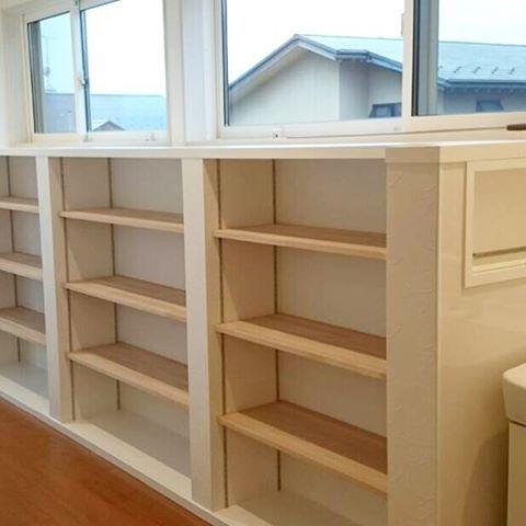 廊下に本棚。本がたくさんある家族に最適です!! #子どもが育つ家 #新築 #新築住宅 #二階 #廊下 #本棚
