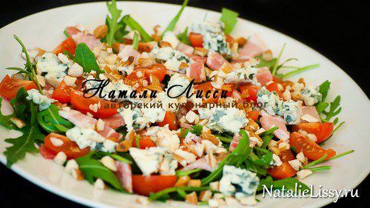 Салат с руколой, помидорами, беконом и сыром с плесенью