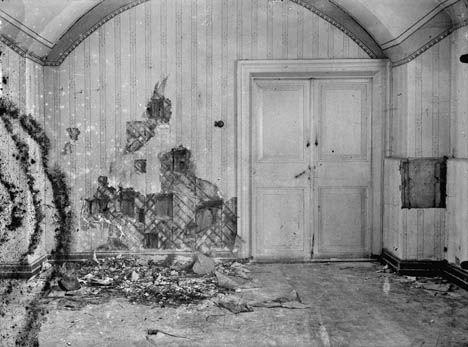 El sótano de la casa de Ipatiev trás la ejecución de la familia Romanov. En 1918, Yákov Mijáilovich Yurovski (1878-1938) era comandante de la casa Ipátiev, en Ekaterimburgo (Sverdlovsk, en tiempos soviéticos), donde mantenían bajo arresto a la familia real, y presidió el pelotón de fusilamiento que acabó con la vida de_nicolas último emperador de Rusia, junto con su esposa y sus cinco hijos.