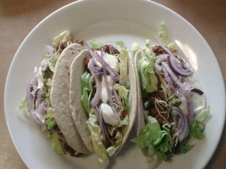 Kip Taco (door Elle van den Berk).  Taco 2 tot 3 stuks per persoon, 100gram kip gehakt of kippenfilet blokjes opbakken. Samen met  75gram tomaat blokjes, 75gram ajuin, 75 gram paprika. Dresseren in de taco. En afwerken met salade (bv rucola)  Zure room, en guacamole (advocado moes, met peper en kruiden naar eigen smaak afkruiden).