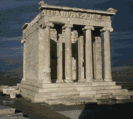 E' il tempio di Atena NIke, che si trova presso i Propilei, a pochi metri dall'orlo delle rocce a strapiombo che caratterizzano l'Acropoli. Costruito probabilmente intorno al 425 a.C. in ordine ionico, è un tempietto anfiprostilo tetrastilo (con quattro colonne libere sulla fronte e sul retro) ornato nei fregi di preziosi bassorilievi che narrano vicende di una battaglia fra greci e una fra greci e persiani (probabilmente Maratona).