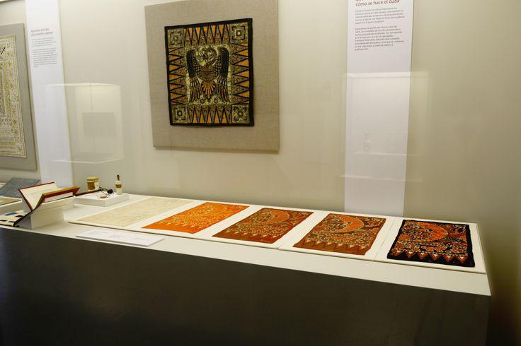 Vitrina con el proceso de estampación del batik. Tal como éramos. El museo cumple 100 años. Museo Nacional de Artes Decorativas.