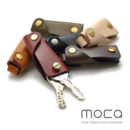 鍵1~3本用。コンパクトに持ち運べるレザーキーケース。。moca(モカ) スリム レザーキーケース 鍵1~3本用。より薄く、コンパクトに持ち運べるスリムタイプのレザーキーケース。 キーホルダー 革 ヌメ革 レザー プレゼント 贈り物 ギフト 日本製キーケース メンズ 男性