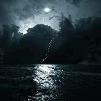 Ένα βράδυ σαν κι αυτό, ομιχλώδες, υγρό και τόσο σκοτεινό, σε μιας θάλασσας την άκρη, μήνυμα από τα κύματα στη ψυχή μου φτάνει.  Αφουγκράζομαι της καρδιάς σου τον χτύπο, νιώθω της ανάσας σου τον ήχο, γίνε της προσδοκίας μου τα θελημένα, απομάκρυνε μου τα κοινά, τα τετριμμένα.  Δώσε μου χρώμα, φως κι ελπίδα, να νιώσω πάνω σου όσα ήθελα από τη ζωή και μου στέρησαν και δεν είδα.