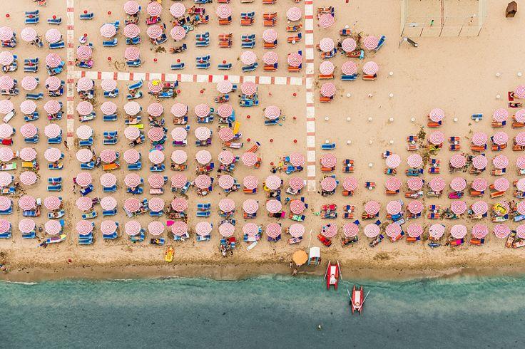 休暇中の人々であふれかえる夏のビーチも、ちょっと視点を変えれば幾何学模様のアート作品になる。ドイツ人フォトグラファーが、イタリアのリゾートを上空から撮影したこの連作は、色鮮やかで美しく、そしてわたしたちが地球に与えている影響を考えさせる作品