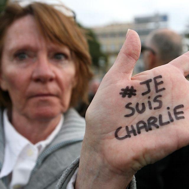 Una donna durante una manifestazione di sostegno a #CharlieHebdo a Nizza, Francia