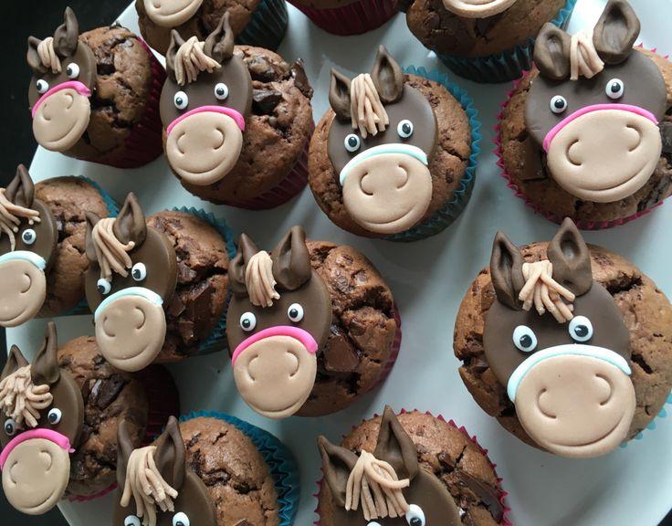 Prinzessin hatten wir schon – was will ein Mädchen mehr?Richtig – Pferde… Für den Kindergeburtstag gab es heuer Pferdemuffins. Also einen Muffin mit Pferdekopf aus Fondant drauf …