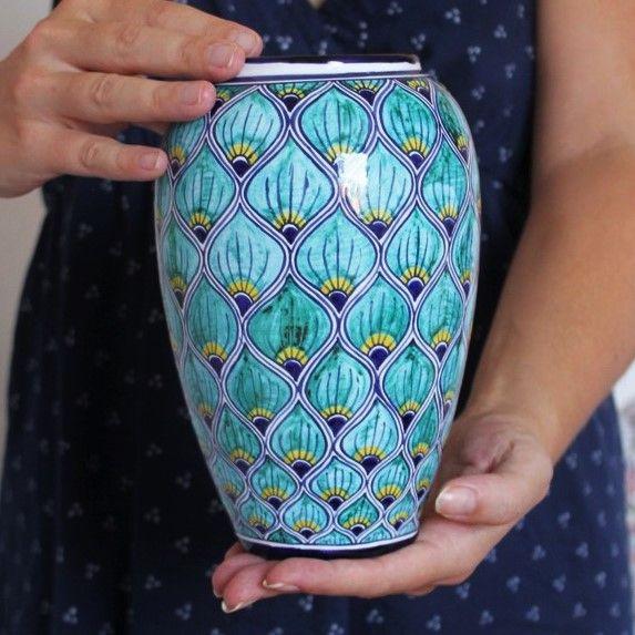 """Splendido vaso in ceramica dipinto a mano in stile """"pavona"""". La decorazione ricorda proprio le piume di un pavone, con i tipici colori blu, turchese e giallo striati.Desideri una dedica o una personalizzazione? Potrà venire dipinta gratuitamente per te qualora tu lo scelga come opzione."""
