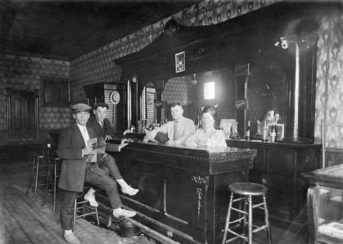 Inside a typical Chicago bar before Prohibition, 1919.  via History of Chicago Clubs and Taverns