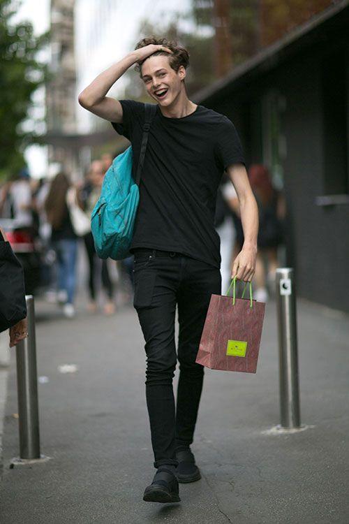 2015-07-20のファッションスナップ。着用アイテム・キーワードはスニーカー, デニム, バッグ, 無地Tシャツ, 黒パンツ, 黒Tシャツ, Tシャツ, ~20代,Nike(ナイキ)etc. 理想の着こなし・コーディネートがきっとここに。| No:118530