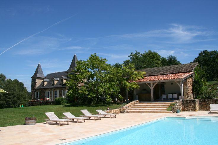 Sfeervol landhuis met gastenverblijf. Privé zwembad en privé tennisbaan / basketbalveld en buitenkeuken. 12 personen 5 slaapkamers 4 badkamers