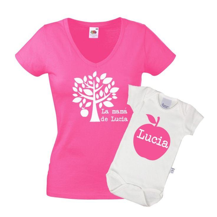 Set de camiseta y body para madres. Estupendo regalo para madres primerizas, ¿acaba de ser mamá? pues este es su regalo. Divertido set para madres con hijos. Una camiseta es para la madre y lleva un manzano estampado y el body es para el bebé y lleva una manzana grande. Las dos llevan el nombre del niño o niña. El set de camisetas se ofrece en color rosa fucsia o azul marino. Precio: 35 €