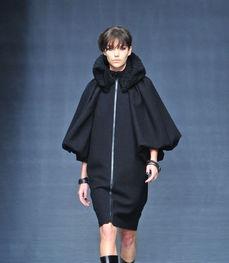 La collezione di Jo No Fui è costruita sugli opposti. Cappotti e giacche  dai colli e maniche volumetriche cedono il passo ad abiti aderenti e  minimalisti. Spaziali e metallici si accendono di verdi e azzurri  dégradé che sfociano in neri notturni