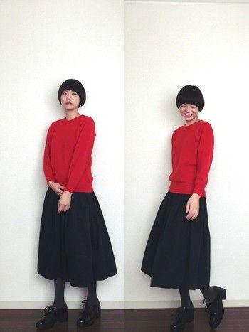鮮やかなレッドのセーターとブラックスカートのコントラストが美しいコーディネート。タイツもブラックだと重たくなりがちなところ、グレーは正解。ダークな色合いなので、とても自然に馴染みます。
