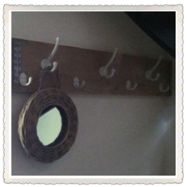 Zelfgemaakte kapstok! Een steigerhouten plank met daarop mooie haken... Met dank aan mijn zwager voor het ophangen!
