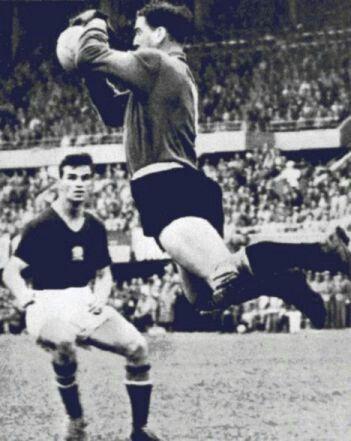 La semifinal Hungria vs Uruguay, el llamado Partido del Siglo fue una dura prueba para los hungaros y un concierto de patadas de los uruguayos, tal como es su costumbre.