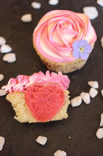 Sarahs Erdbeer-Cupcakes mit Pink Velvet Herzchen: http://sarahscakes.de/erdbeercupcakes-mit-pink-velvet-herzen/