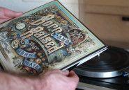 Documentário revela a arte por trás da capa de Born & Raised.  Filme de Danny Cooke mostra os bastidores do trabalho brilhante de David A. Smith para disco de John Mayer.