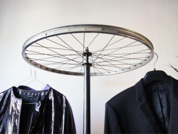 Vous avez de vieilles pièces de vélos qui traînent dans votre garage et vous n'aimez pas que celles ci prennent la poussière ? Voici un article de 30 photos qui vous donneront des idées pour détourner vos vieux pédaliers, pignons ou guidons en objets déco tendances !