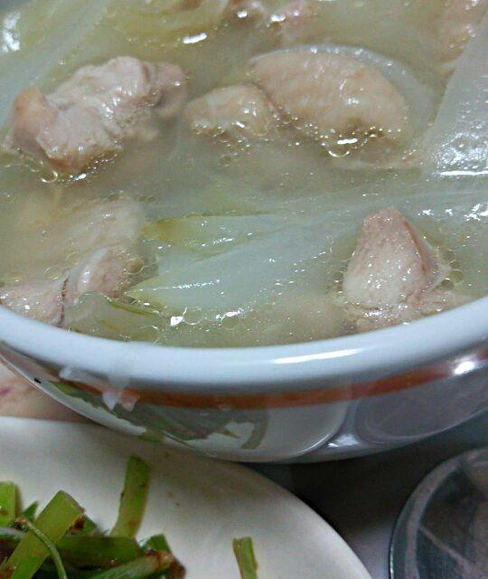 スープは、なるべく調味料を加えず、優しい味で。 ねぎとおかかは、相性いい感じ♪ - 7件のもぐもぐ - 鶏もも肉と新タマネギのスープ&ネギとおかかの和え物 by katsuky