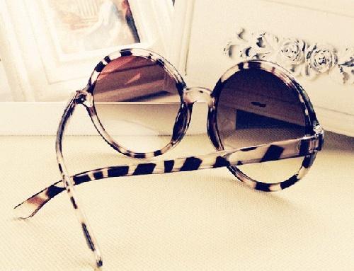 Kuuuule solbriller - så fine til maxikjole! Du får de i hvite eller skillpadde :)100% UV-filter www.farmhousedesign.no