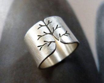 Verklaring zilveren ring.  Ik zaagde een herfst-structuur in een zilveren blad. Rustieke geschuurde afwerking. Hallmarked.  Ring van grootte: Gelieve uw maat te selecteren. Breedte: 12mm  Boom ringen met satine voltooien: https://www.etsy.com/listing/116241125/autumn-tree-ring-sterling-silver-ring?ref=shop_home_feat  Boom ring met geciseleerde afwerking: https://www.etsy.com/listing/115664865/autumn-tree-ring-rustic-sterling-silver?ref&#x...