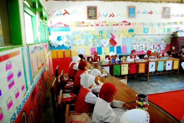 Ruang kelas di sekolah dasar yang mengimplementasikan Program Management Sekolah Berbasis Masyakat (UNICEF)