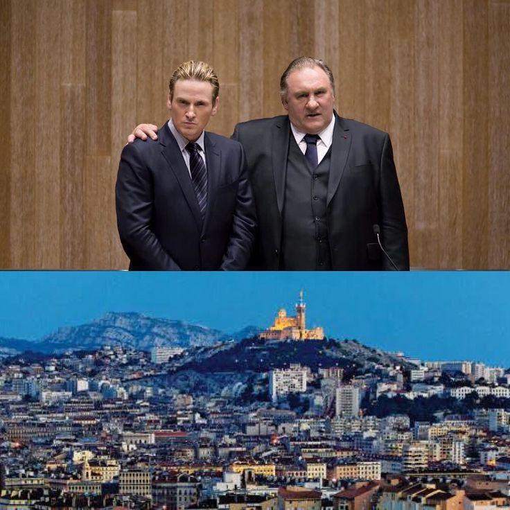 """A aguardada Marseille a série original do @netflix que mostra a política francesa já está liberada no serviço de streaming. Estrelada por Gérard Depardieu e Benoît Magimel traz uma visão da famosa cidade a partir da corrupção da ambição e dos jogos de poder autárquicos mas vale reforçar é sobretudo uma história de famílias. E todos garantem que não não é o House of Cards francês. É uma oportunidade de sair do padrão estadunidense das séries. Segundo Florent Siri Marselha é """"talvez a cidade…"""