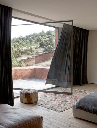 Enorme ventanal/puerta y bonitas #cortinas en tonos oscuros.