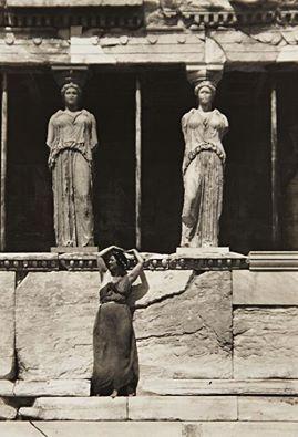 Η Ισιδώρα Ντάκαν κάτω από τις Καρυάτιδες Ερέχθειον. Ακρόπολις Αθηνών 1921. Φωτογράφος: Edward Steichen