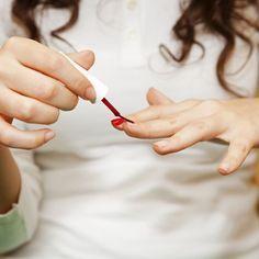 COMMENT SAUVER DES ONGLES RONGÉS ?  L'onychophagie désigne l'acte de se ronger les ongles. Lorsqu'elle est bien installée, cette mauvaise habitude est souvent difficile à éliminer. Vous êtes décidée à arrêter ? Suivez nos conseils pour adopter les bons gestes et retrouver de belles mains.