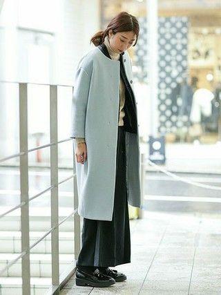 ワイドなシルエットが今年っぽいノーカラーコートは綺麗なブルーがお気に入り。 女性らしく着こなせるノーカラーはタートルネックと合わせもスッキリ着こなせます。 一見合わせるのが難しそうなカラーですが、ベーシックなアイテムにすんなり馴染むのでデイリーに着回しています。 ゆったりとしているからニットとインナーダウンを合わせても着ぶくれしないのもポイント。