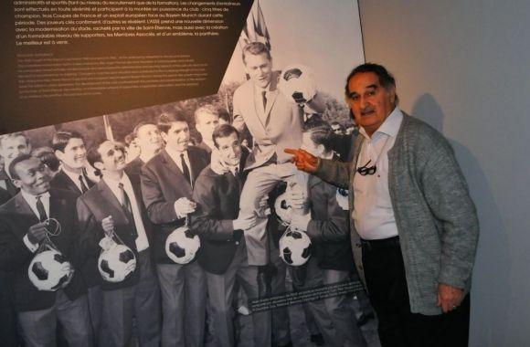 Alors qu'une carrière exceptionnelle l'attendait en France, Rachid Mekhloufi a tout plaqué en 1958, tirant même un trait sur une Coupe du monde, pour intégrer l'équipe créée par le FLN. Une équipe née pour défendre la cause de l'indépendance de l'Algérie, que Mekhloufi et d'autres joueurs ont rejointe après une évasion rocambolesque.