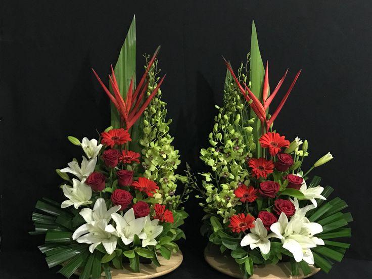 Resultado de imagen de arranjos de flores para altares igrejas