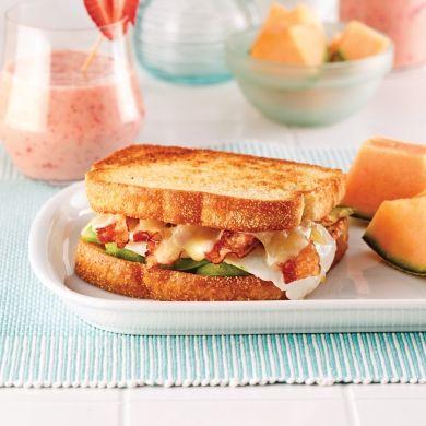 Grilled cheese aux oeufs, bacon et avocats - Brunchs - Recettes 5-15 - Recettes express 5/15 - Pratico Pratique