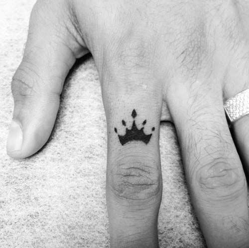 finger crown tattoo for man parmak taç dövmesi erkek