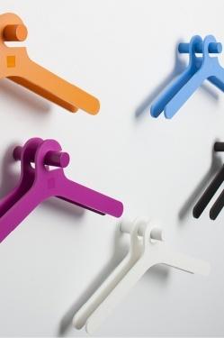 Stick - Accessoires | Ceka Office Group kantoorinrichting.  Wandgarderobe Stick straalt pure eenvoud uit. In combinatie met de bijpassende kledinghanger Pole ontstaat een krachtig beeld, vooral als meerdere 'Sticks' op de wand samenkomen. Stick bestaat uit gecoat aluminium en is geschikt voor een of twee hangers. Verkrijgbaar in diverse kleuren.  Kijk op www.ceka-office-group.nl voor meer informatie.