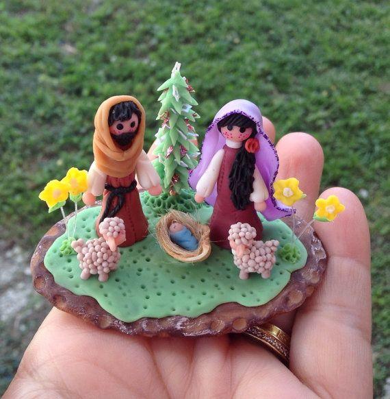 Nacimiento,pesebre en miniatura,Maria,José y el niño Jesus.