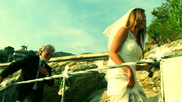 Grillo oggi ha vestito i panni del padre della sposa e ha accompagnato all'altare nella Torre Saracena di Zoagli (Genova)la figlia,Valenti... http://tuttacronaca.wordpress.com/2013/09/22/grillo-nei-panni-del-padre-della-sposa-nozze-per-la-figlia-valentina/