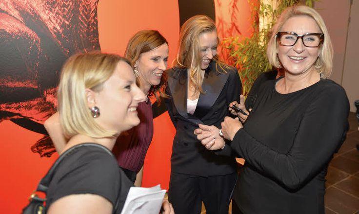 25-Jahre-freizeit-Fest: Die Society-Redakteurinnen Julia Pfligl (links) und Maria Gurmann (rechts) mit den beiden Schauspielerinnen Doris Schretzmayer und Nina Proll. (Foto: KURIER/Jeff Mangione)